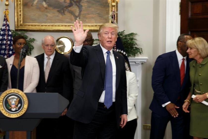 El presidente de EE.UU., Donald J. Trump, saluda a los medios de comunicación. EFE