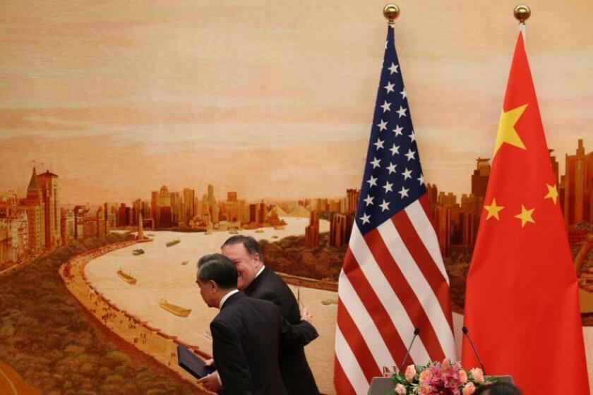 El ministro de Asuntos Exteriores chino, Wang Yi (i), y el Secretario de Estado de Estados Unidos, Mike Pompeo (d), se marchan tras ofrecer una rueda de prensa conjunta en el Gran Palacio del Pueblo en Pekín, China, hoy, 14 de junio de 2018. EFE