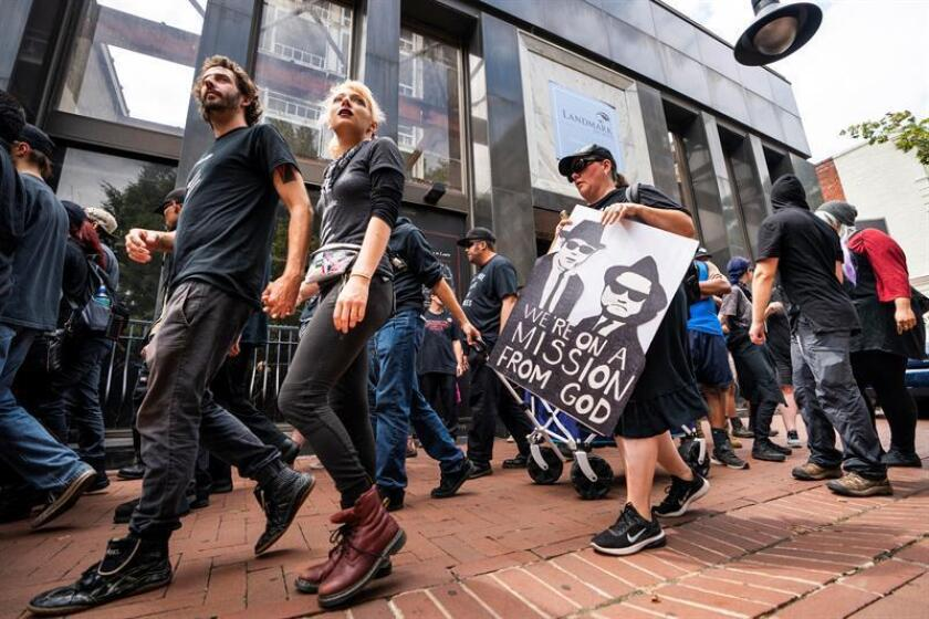 A group of anti-fascists march through downtown Charlottesville as the city marks the anniversary of last year's Unite the Right rally in Charlottesville, Virginia, USA, 11 August 2018. On 12 August 2017, a bloody clash between white supremacists and counterprotestors in Charlottesville left three people dead and dozens injured. (Protestas, Estados Unidos) EFE/EPA