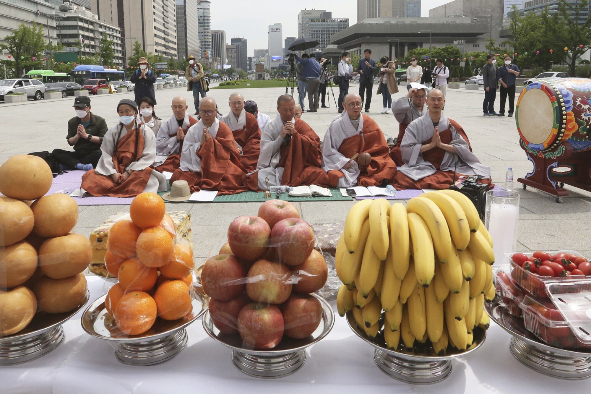 Buddhist monks pray for coronavirus victims in Seoul