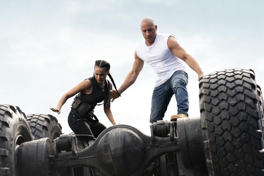 En esta imagen proporcionada por Universal Pictures Nathalie Emmanuel, izquierda, y Vin Diesel