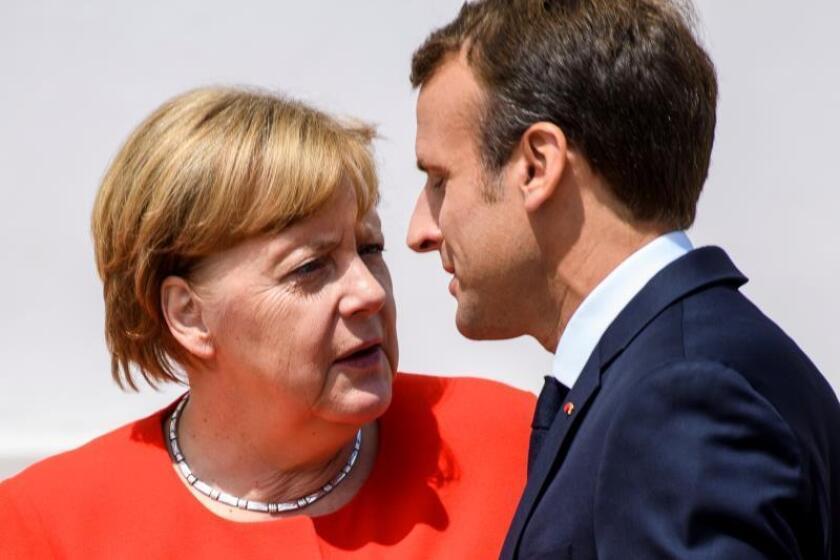 La canciller alemana, Angela Merkel (i), recibe al presidente galo, Emmanuel Macron (d), durante la reunión ministerial de Alemania y Francia en el castillo Meseberg en Meseberg (Alemania) hoy, 19 de junio de 2018. EFE