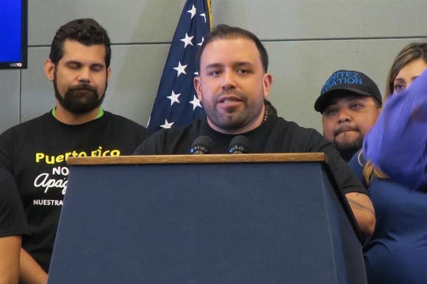 El comunicador puertorriqueño Jorge Pabón (c) habla en una rueda de prensa. EFE/Archivo
