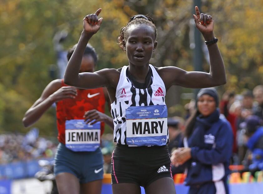 Mary Keitany alza los brazos tras ganar el Maratón de Nueva York el 2 de noviembre del 2014.
