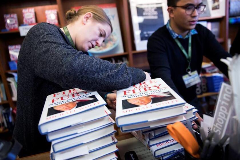"""Ejemplares del libro """"Fire and Fury"""" de Michael Wolff a la venta en una librería en Washington (Estados Unidos). EFE/Archivo"""