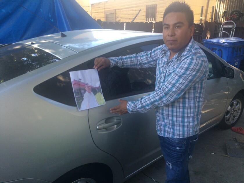 Santos Martínez, cuyo hermano fue asesinado. Espera que la recompensa los ayude a encontrar al asesino.