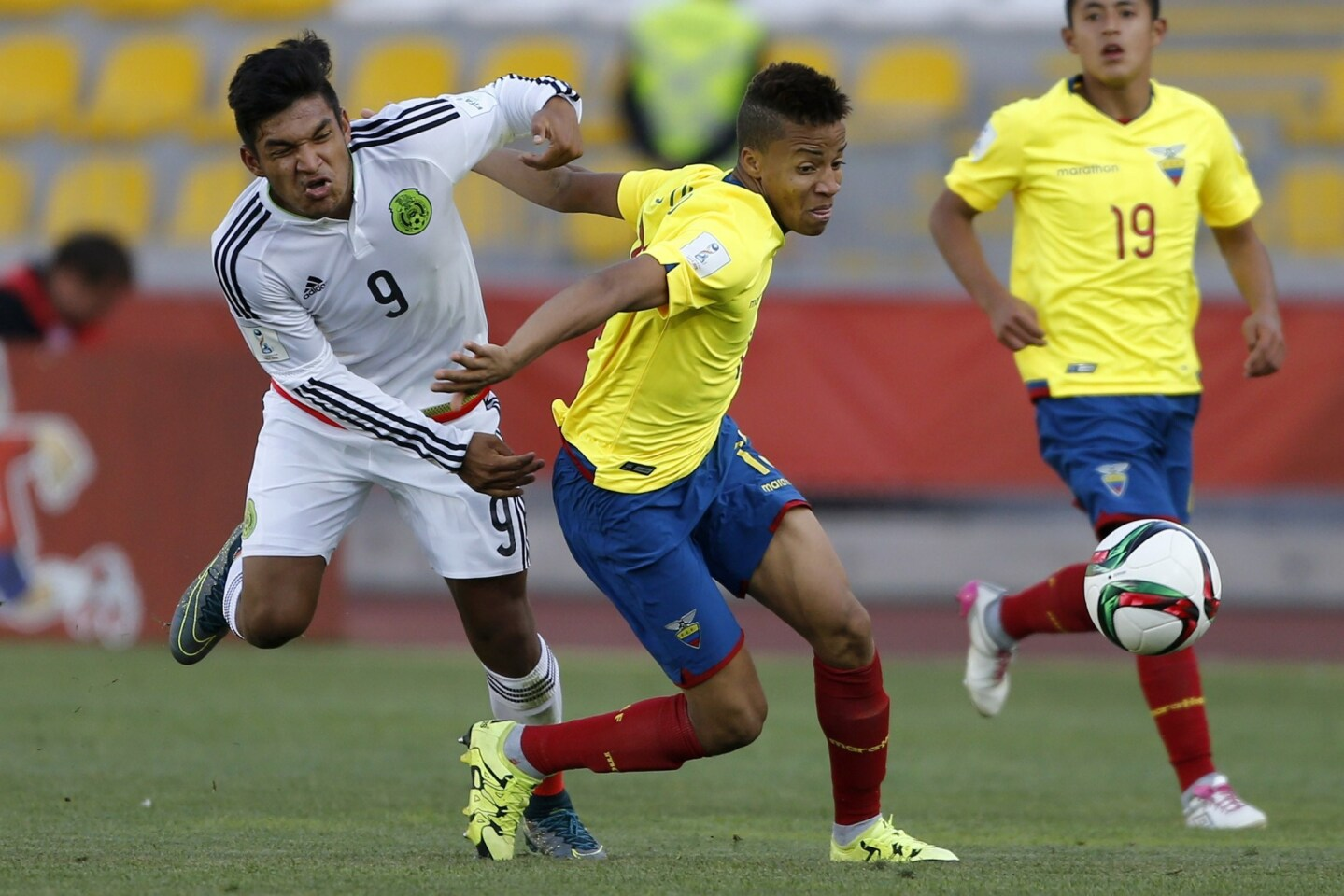 Ecuador's Byron Castillo (C) and Mexico's Eduardo Aguirre vie for the ball during their U-17 WC football match at the Francisco Sánchez Rumoroso stadium in Coquimbo, Chile, on November 2, 2015. AFP PHOTO/Andres Pina/PhotosportANDRES PINA/AFP/Getty Images ** OUTS - ELSENT, FPG, CM - OUTS * NM, PH, VA if sourced by CT, LA or MoD **