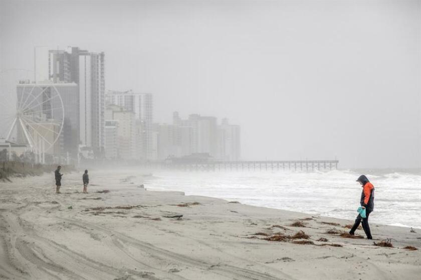 People walk on a beach in Myrtle Beach, South Carolina, USA. EFE/EPA/Archivo