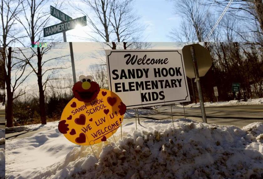 Unos carteles dan la bienvenida a los alumnos de la escuela de Sandy Hook de Newtown (Connectictut) en un centro educativo de la vecina localidad de Monroe, la escuela Chalk Hill, situada a unos 11 kilómetros de Newtown. EFE/Archivo