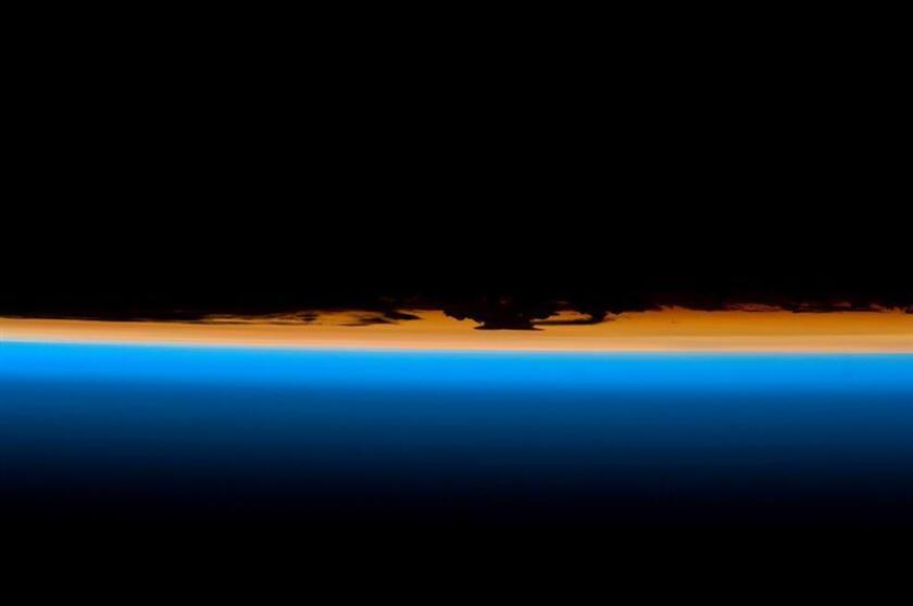 Una fotografía facilitada por la NASA muestra las capas de la atmósfera de la Tierra durante un atardecer. EFE/Archivo