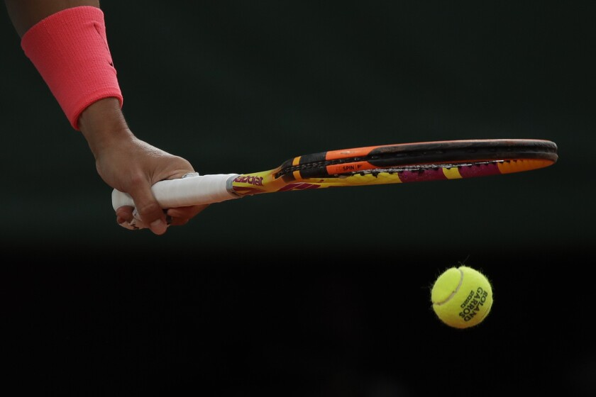 Rafael Nadal antes de sacar ante Egor Gerasimov en la primera ronda del Abierto de Francia, el lunes 28 de septiembre de 2020, en París. (AP Foto/Alessandra Tarantino)