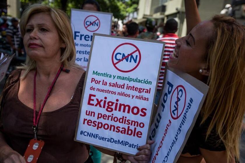 Un grupo de personas seguidoras del Gobierno participa en una manifestación hoy, 16 de febrero de 2016, frente a la sede del órgano rector de telecomunicaciones, la Comisión Nacional de Telecomunicaciones (Conatel), en apoyo a la salida del aire en Venezuela del canal CNN en Español, en la ciudad de Caracas (Venezuela). EFE