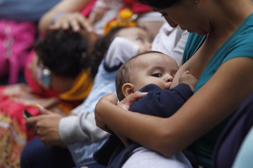 Una mujer amamanta a su hijo en San Juan, Puerto Rico. EFE/Archivo