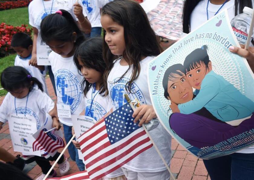 Decenas de niños estadounidenses hijos de indocumentados pidieron hoy en Los Ángeles a la Administración Trump la legalización de la situación de sus padres presentando cartas donde relatan su historia familiar. EFE/Archivo