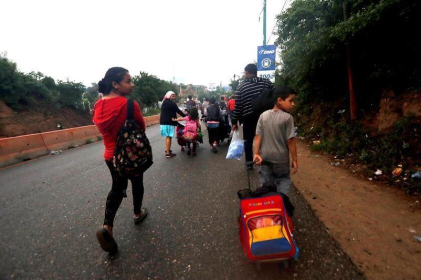 Integrantes de la caravana de migrantes hondureños siguen su paso hoy, miércoles 17 de octubre de 2018, desde la ciudad de Chiquimula rumbo al departamento de Zacapa (Guatemala). EFE