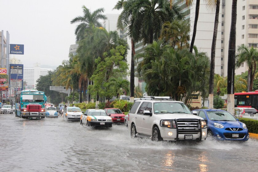 Vehículos transitan por una vía inundada por fuertes lluvias debido al paso de la tormenta tropical Earl hoy, sábado 6 de agosto de 2016, en el Puerto de Acapulco (México). A seis aumentó el número de muertos por las intensas lluvias que dejó a su paso la tormenta tropical Earl por el oriental estado mexicano de Veracruz, informaron hoy las autoridades. EFE/María Meza