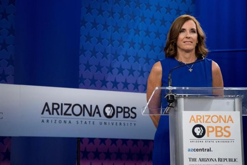 Fotografía de archivo fechada el 15 de octubre de 2018, que muestra a la senadora republicana Martha McSally mientras se prepara para un debate en los estudios de la televisión pública KAET, en Phoenix (EE.UU.). EFE