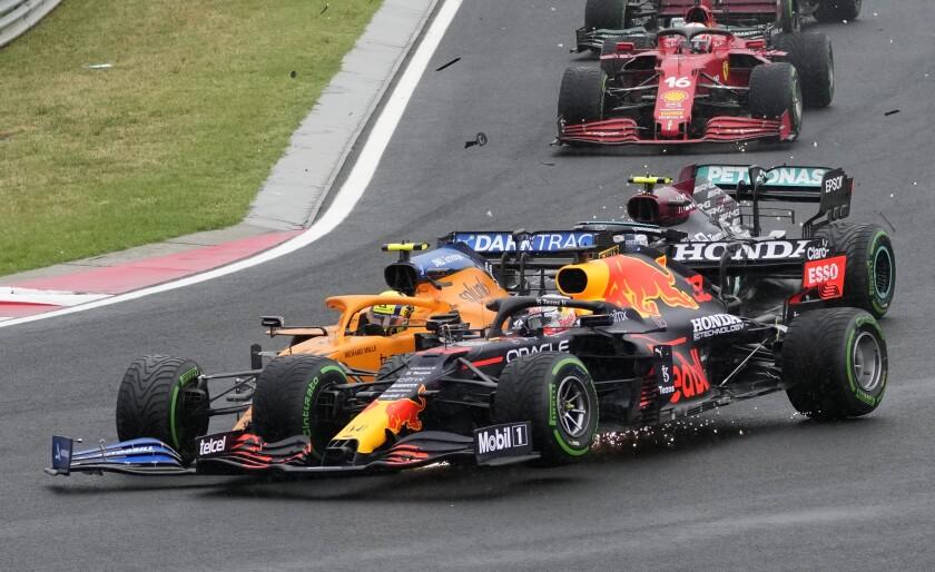 El Red Bull del piloto holandés Max Verstappen, al frente, es impactado por el McLaren del británico Lando Norris en el Gran Premio de Hungría de la Fórmula Uno, en el circuito Hungaroring de Mogyorod, Hungría, el domingo 1 de agosto de 2021. (AP Foto/Darko Bandic)