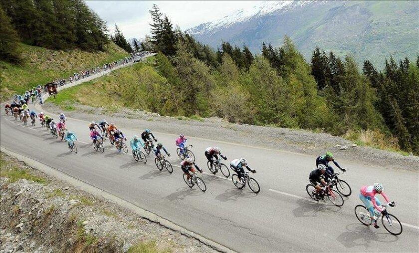 El actual líder del Giro, el italiano Vincenzo Nibali (der) del equipo Astano Pro, encabeza el pelotón durante la 16ª etapa del Giro de Italia, entre Valloire e Ivrea, en Francia. EFE