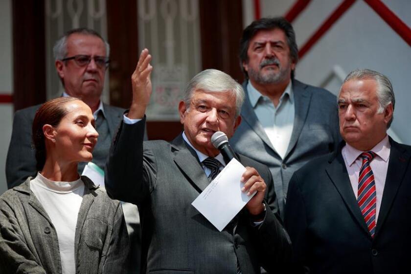 El presidente electo de México, el izquierdista Andrés Manuel López Obrador (c), habla en rueda de prensa hoy, lunes 13 de agosto de 2018, en Ciudad de México (México). EFE
