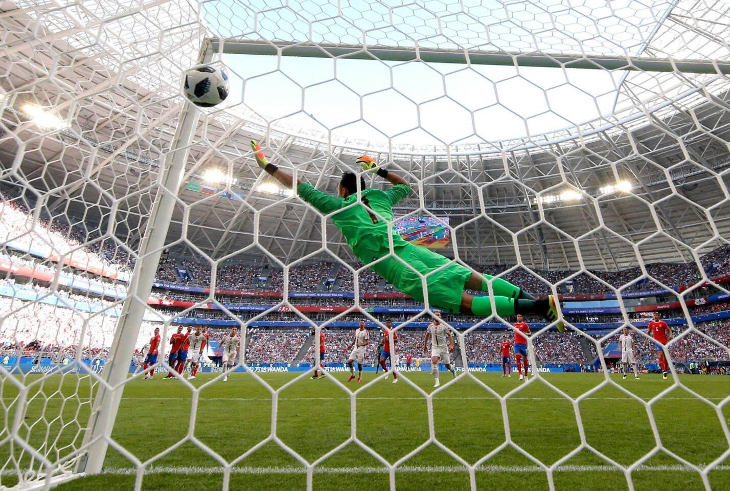 Un magistral gol de tiro libre de Aleksandar Kolarov le dio a Serbia la victoria 1-0 ante Costa Rica en la Copa del Mundo.