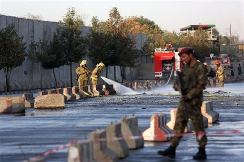 Un soldado afgano inspecciona el lugar de un atentado suicida en Kabul, cerca del Ministerio afgano de Defensa, el 5 de septiembre de 2016.