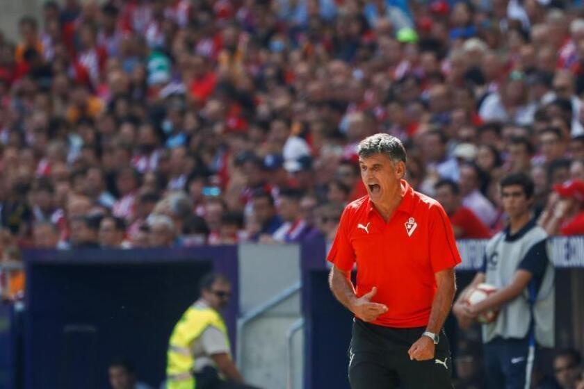 El entrenador del Eibar José Luis Mendilibar da instrucciones a sus jugadores durante un partido de Liga. EFE/Archivo