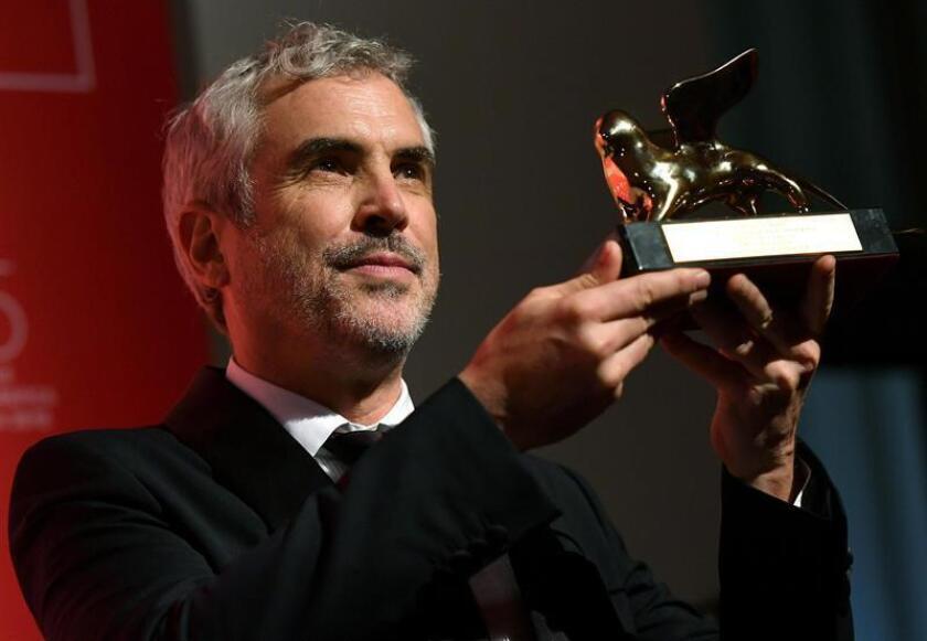 El director mexicano Alfonso Cuarón recibe el León de Oro por su filme 'Roma' durante la ceremonia de entrega de los premios en la 75 edición del Venice International Film Festival, en Venecia. EFE