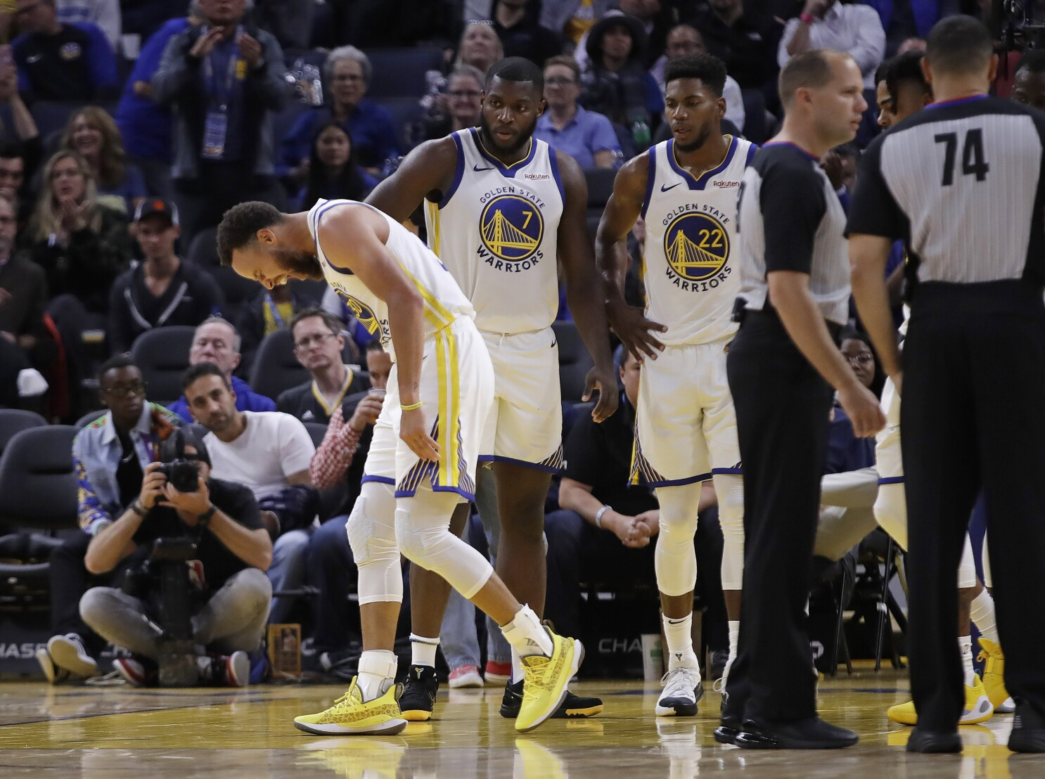Golden State Warriors Lose Stephen Curry To A Broken Hand Los Angeles Times