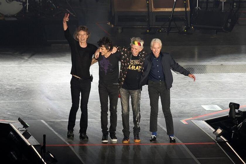(i-d) El cantante británico Mick Jagger, los guitarristas británicos Ron Wood y Keith Richards y el baterista británico Charlie Watts, saludan a la audiencia durante un concierto. EFE/Archivo