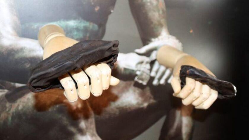 Se trata de un par de guantes de boxeo hechos de cuero de la época en el que el Imperio Romano ocupaba parte de la isla.