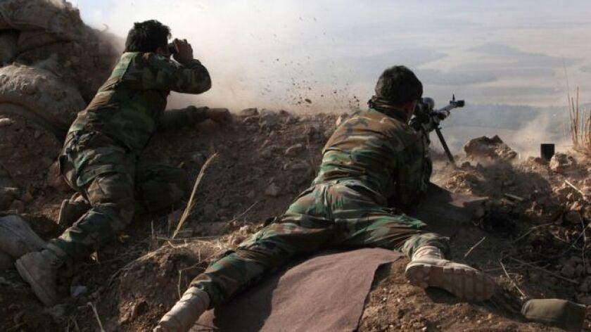 Peshmergas, procedentes del Kurdistán iraquí, están desplegados al norte y al este de Mosul.