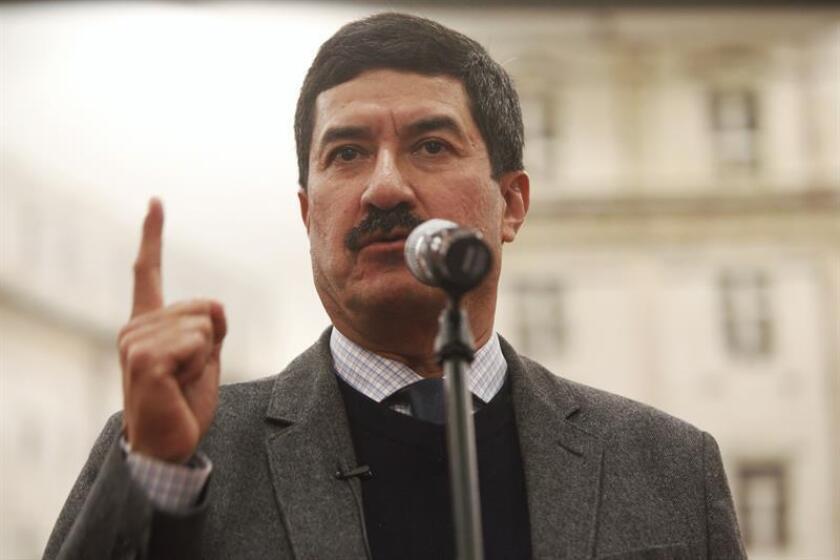 El gobernador del estado de Chihuahua, Javier Corral (c), acompañado por legisladores, y activistas, participa en una rueda de prensa en Ciudad de México (México). EFE/Archivo