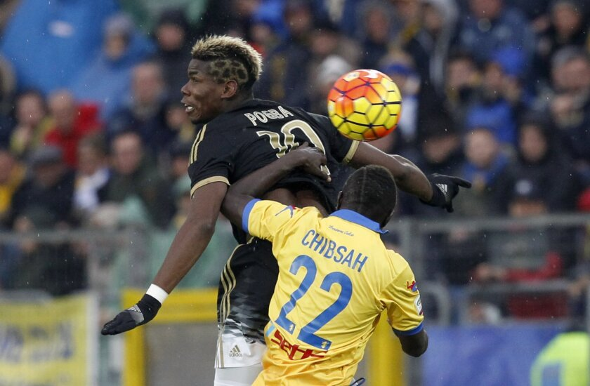Juventus' Paul Pogba, left, and Frosinone's Raman Chibsah jump for the ball during a Serie A soccer match between Frosinone and Juventus, at Frosinone's Comunale stadium, Sunday, Feb. 7, 2016. (AP Photo/Riccardo De Luca)