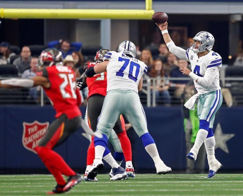 El mariscal de campo de los Dallas Cowboys, Dak Prescott (R), pasa el balón contra los Tampa Bay Buccaneers en la primera mitad de su juego en el AT&T Stadium en Arlington, Texas, EE. UU., El 23 de diciembre de 2018. (Estados Unidos) EFE