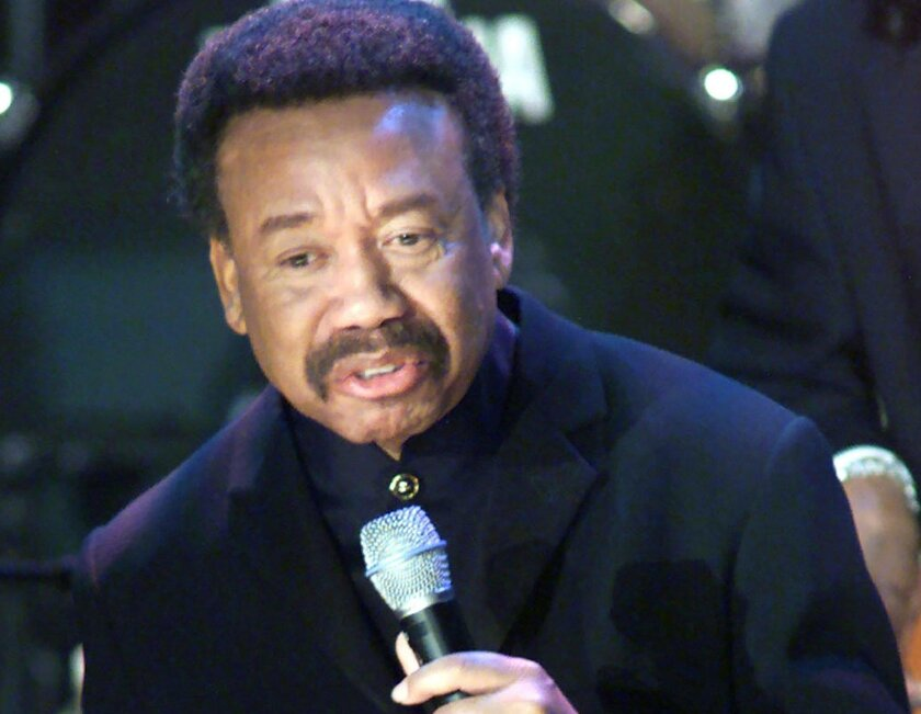 """Maurice White of the band """"Earth, Wind and Fire"""" sings during the 15th annual Rock and Roll Hall of Fame induction dinner in New York, in this file photo taken March 6, 2000.  White, the founder of R&B funk band Earth, Wind and Fire, died in Los Angeles, a band spokesman said Thursday. He was 74."""