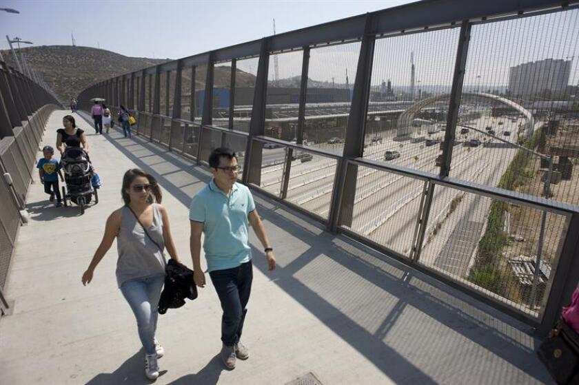 """El cruce fronterizo de San Ysidro, que une San Diego (California) y Tijuana (México), donde miles de migrantes aguardan para pedir asilo en EE.UU, fue cerrado hoy por unas horas para colocar """"materiales de reforzamiento"""", informó la Oficina de Aduanas y Protección Fronteriza (CBP) estadounidense. EFE/ARCHIVO"""
