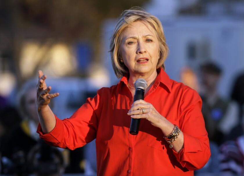 En esta imagen de archivo la aspirante a la candidatura demócrata a la presidencia de Estados Unidos, Hillary Rodham Clinton, habla en Coralville, Iowa.