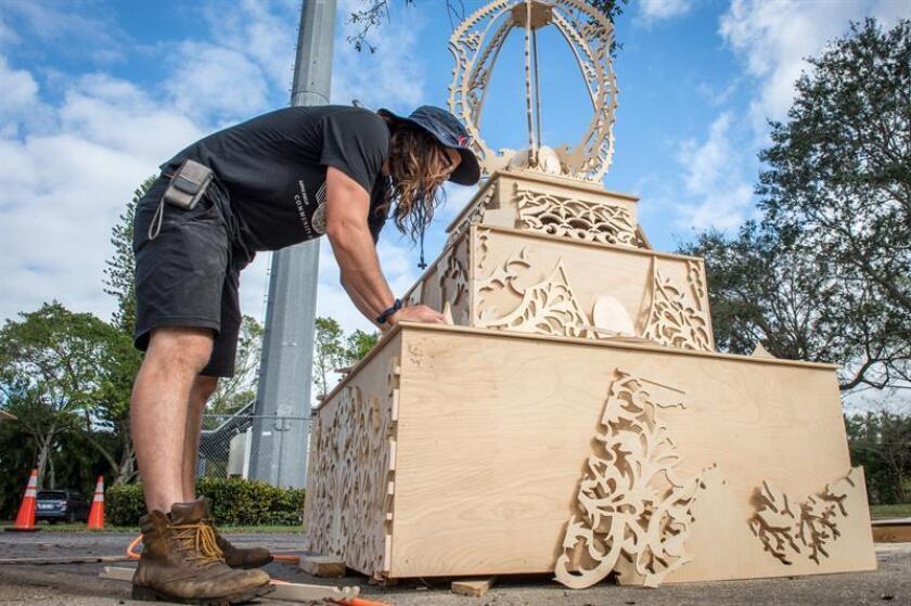 """Artistas y voluntarios trabajan en la instalación de la obra """"Templo del tiempo"""" este viernes 8 de febrero de 2019, en la ciudad de Coral Spring, Florida (EE.UU.). Un templo hecho de miles de piezas de contrachapado, combinadas con técnicas de marquetería o recortadas siguiendo motivos inspirados en culturas asiáticas y diseñado para ser consumido por el fuego, es el tributo del escultor californiano David Best a la comunidad de Parkland (Florida), al cumplirse un año de su mayor tragedia. EFE"""