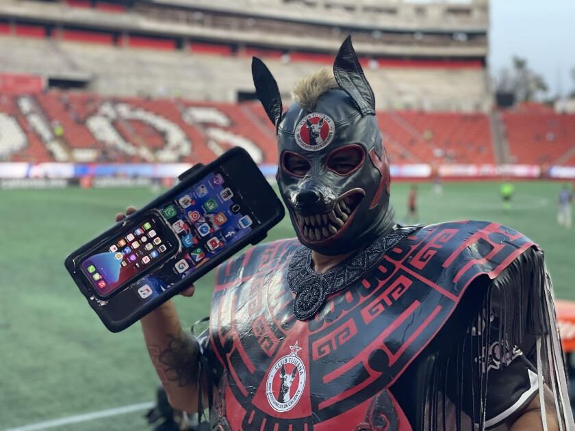 Un aficionado de los Xoloitzcuintles de Tijuana en el Estadio Caliente