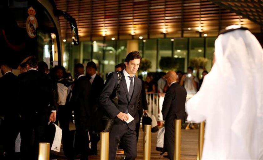 El entrenador del Real Madrid, Santiago Solari, a su llegada a Abu Dabi. EFE
