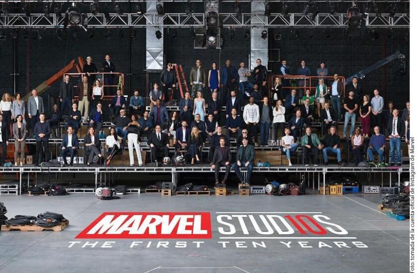 Para festejar, la compañía reunió a Stan Lee, Chris Hemsworth, Brie Larson, Robert Downey Jr. y a otras estrellas de sus cintas para una fotografía especial, que compartieron este jueves en Instagram.