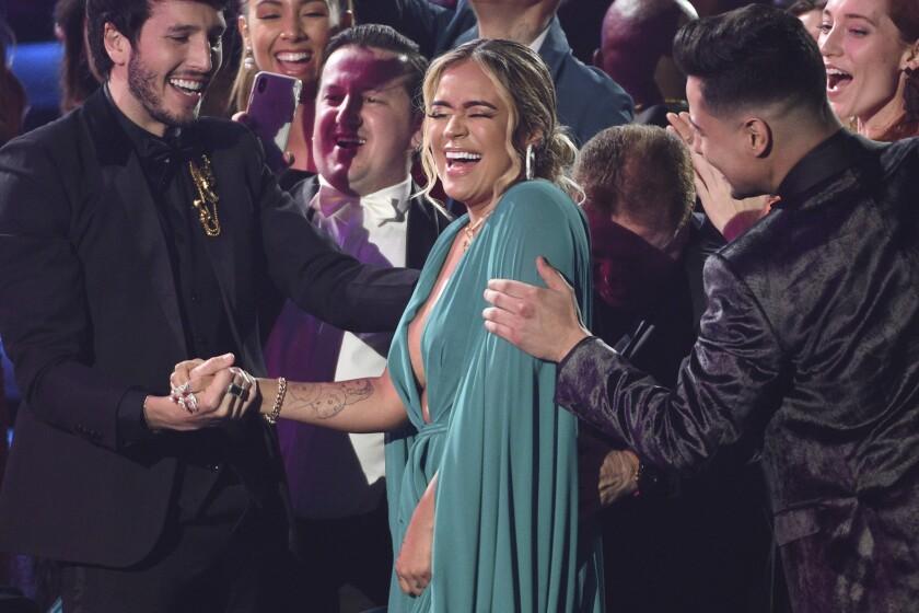 Karol G reacciona al ganar el Latin Grammy al mejor artista nuevo