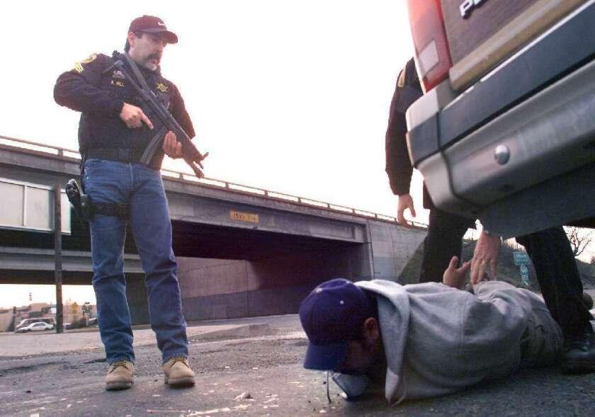Rick Hill, sargento del Departamento del Sheriff del condado de Fresno, captura a un sospechoso de laboratorio de metanfetaminas.