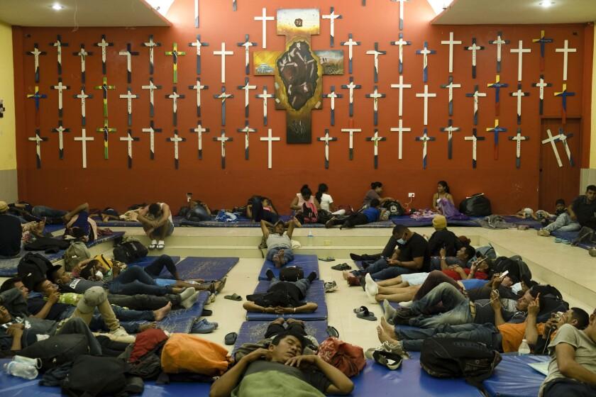 """Migrantes centroamericanos descansan en el albergue """"La 72"""" en Tenosique, en el estado de Tabasco, México"""