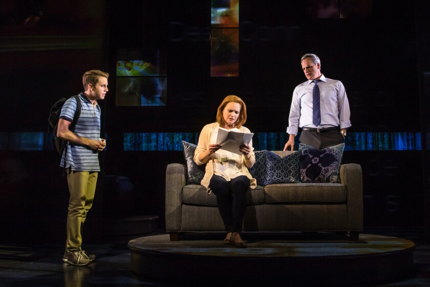 Ben Platt, Jennifer Laura Thompson y Michael Park de Broadway en la sala de estar de Murphy.