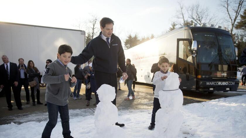 Foto de archivo. El Senador Marco Rubio aparece con sus hijos Anthony de 10 años y Dominick de 8, en Hudson, New Hampshire.