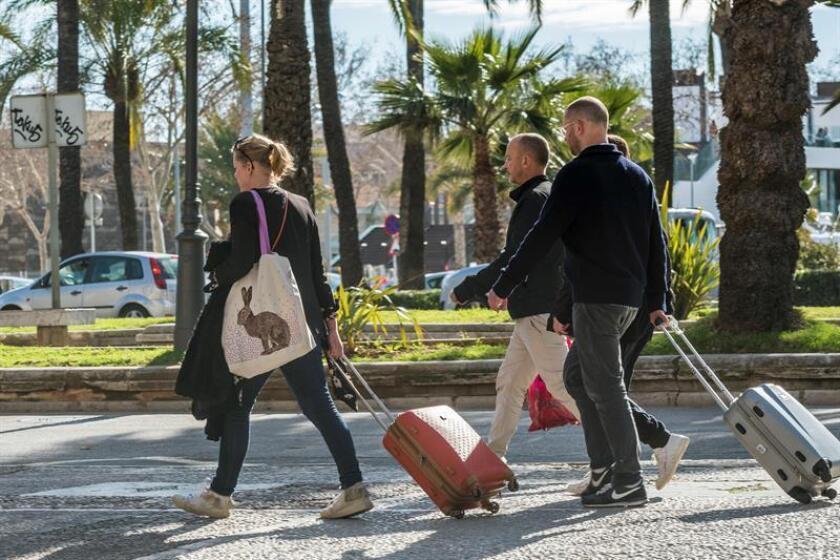 Las personas mayores en Florida, que representan cerca de la mitad de los anfitriones de Airbnb en el estado, obtuvieron más de 150 millones de dólares en 2017 a través de esta plataforma de alojamientos mediante la cual comparten sus hogares, informó hoy la empresa. EFE/ARCHIVO