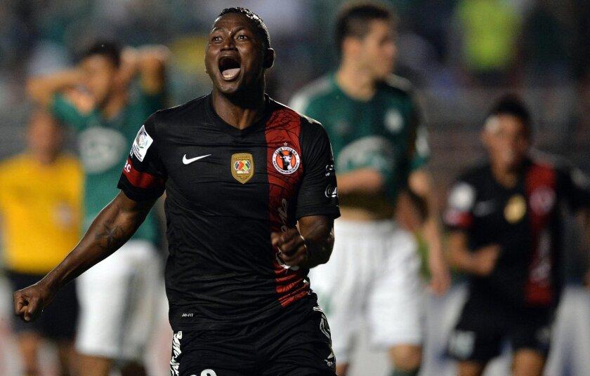 Duvier Riascos celebra después de anotar contra Palmeiras en Brasil, ahora buscan los Xolos ganar ante Atlético Mineiro.