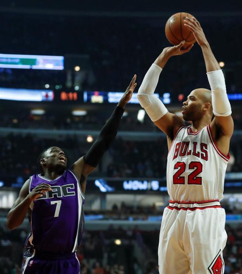 Taj Gibson (d) de Chicago Bulls lanza sobre Darren Collison (i) de Sacramento Kings, durante un partido. EFE/Archivo